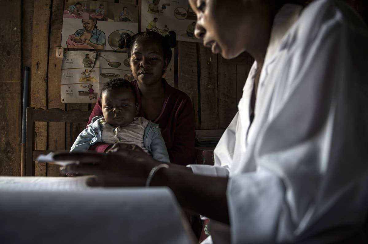 Äiti ja pieni poika hoitajan konsultaatiossa.