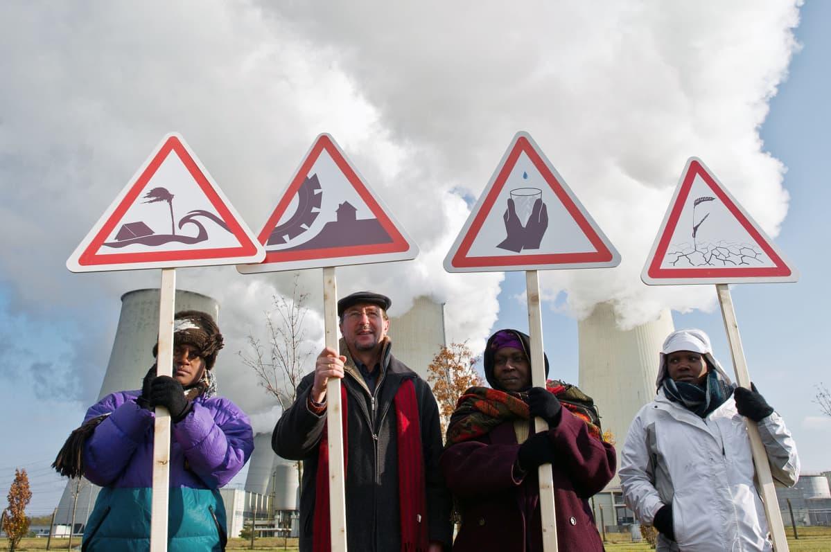 Mielenosoittajia hiilivoimalan edustalla Saksassa.