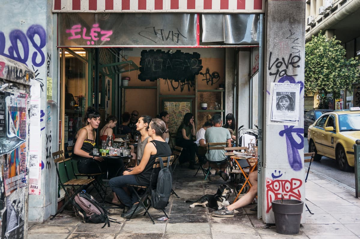 Graffiteja ja katukahvila Ateenassa.