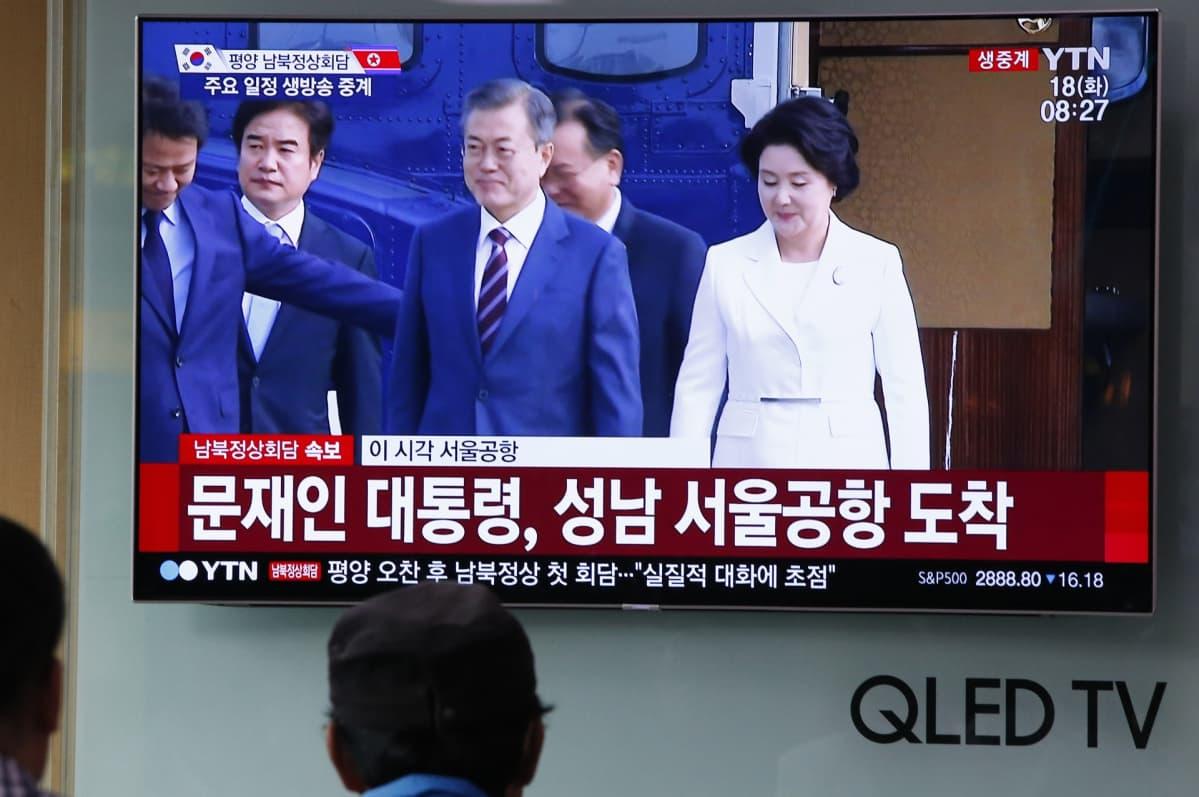 Etelä-Korean presidentti Moon Jae-in ja hänen vaimonsa Kim Jung-sook televisioruudulla matkalla Pohjois-Koreaan.