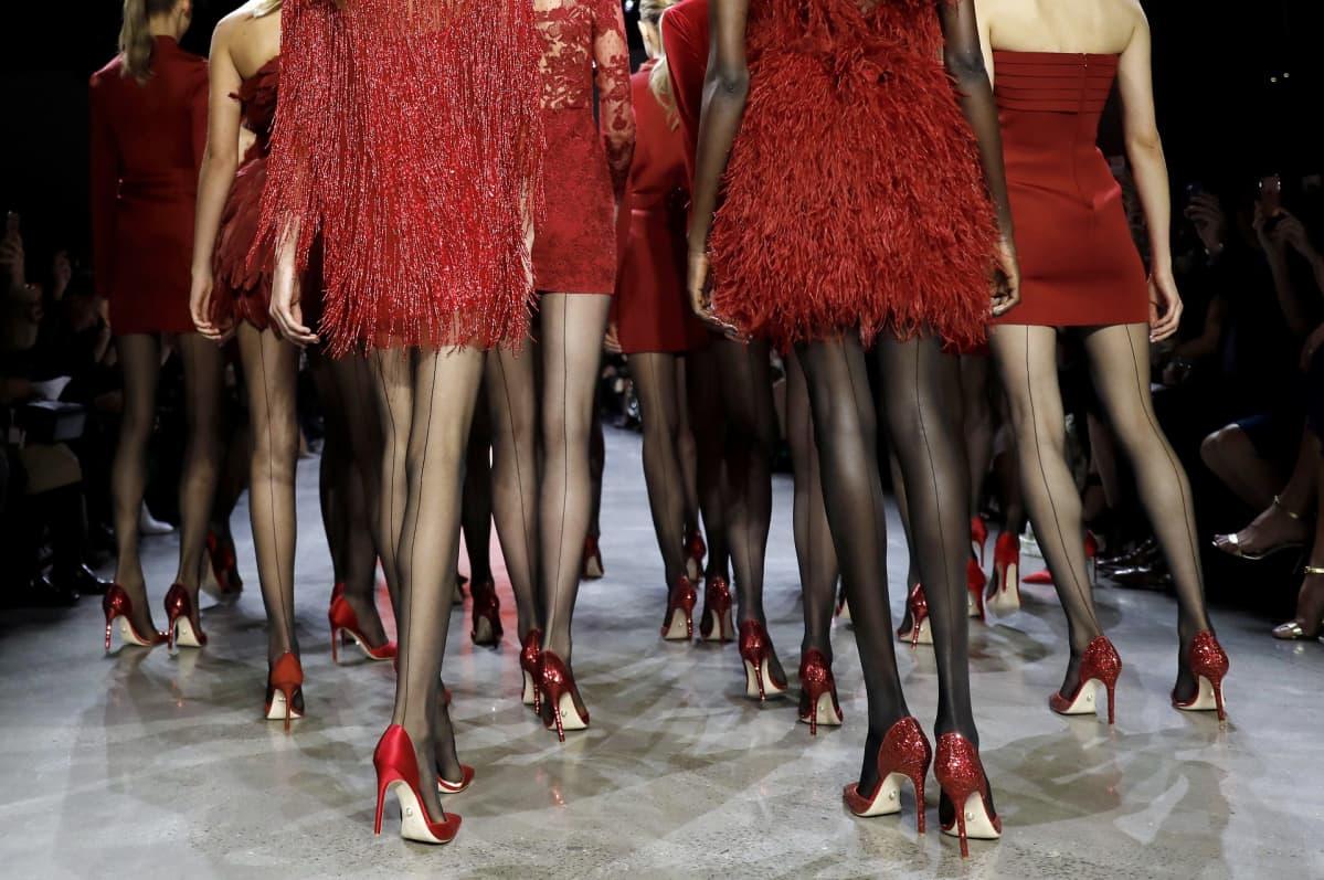 Mallit kävelivät New Yorkin muotiviikkojen näytöksessä.