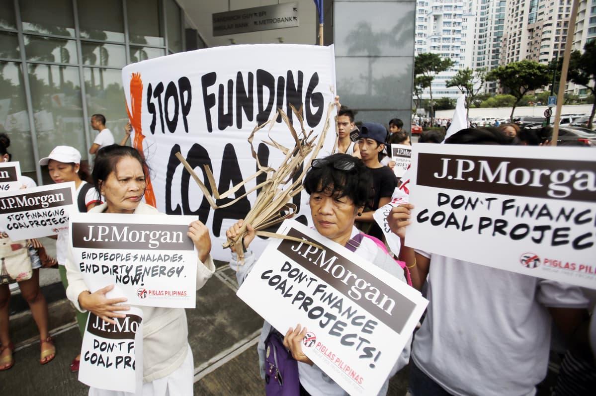 Filippiiniläiset ilmastoaktivistit osoittavat mieltään  JP Morganin investointipolitiikkaa vastaan.