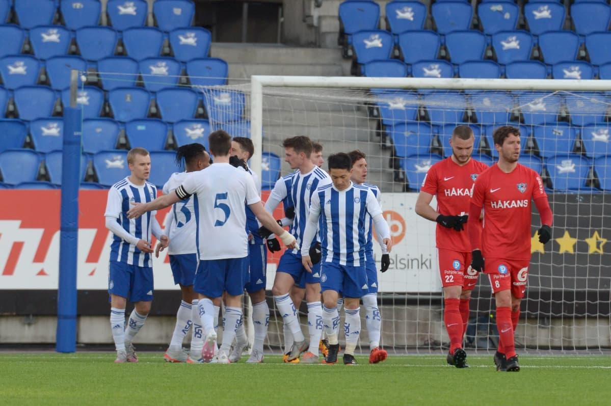 HJK:n pelaajat iloitsevat Roope Riskin 3-0 maalia vierellään pettyneinä FC Interin Arttu Hoskonen ja Alejandro Sanz.