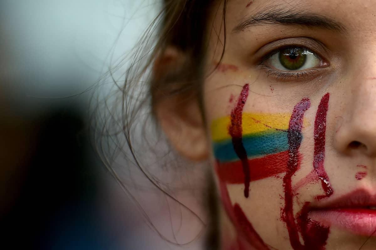 Kolumbialainen opiskelija osoittamassa mieltään Calissa, Kolumbiassa.
