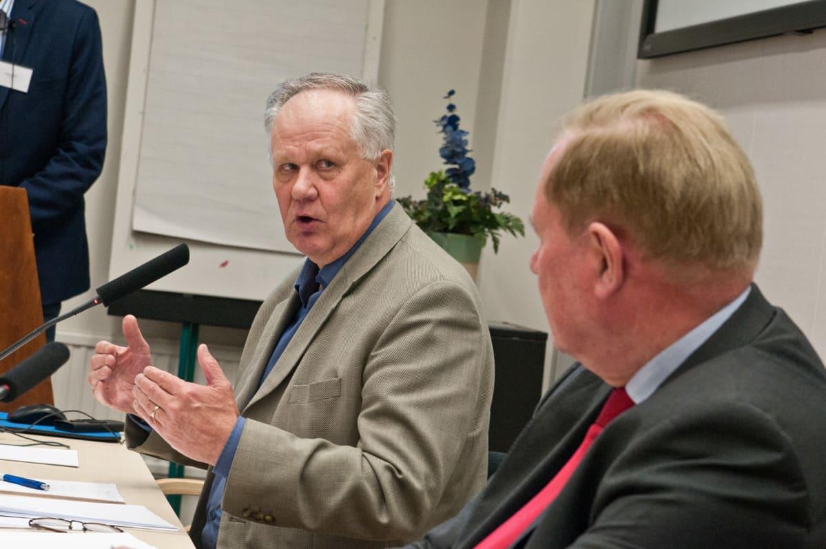 Keskustan kansanedustaja Seppo Kääriäinen keskustelee Paavo Lipposen kanssa.