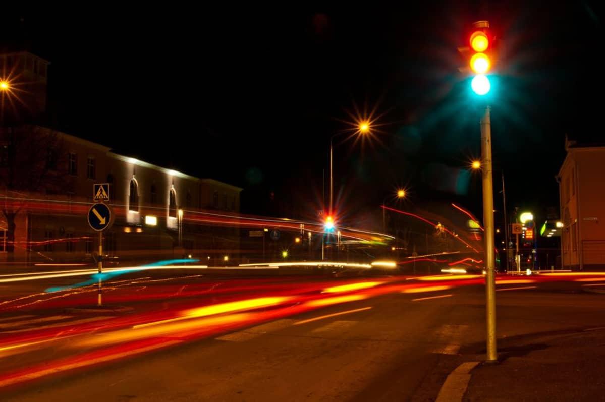 Liikenteen valoja yöaikaan.
