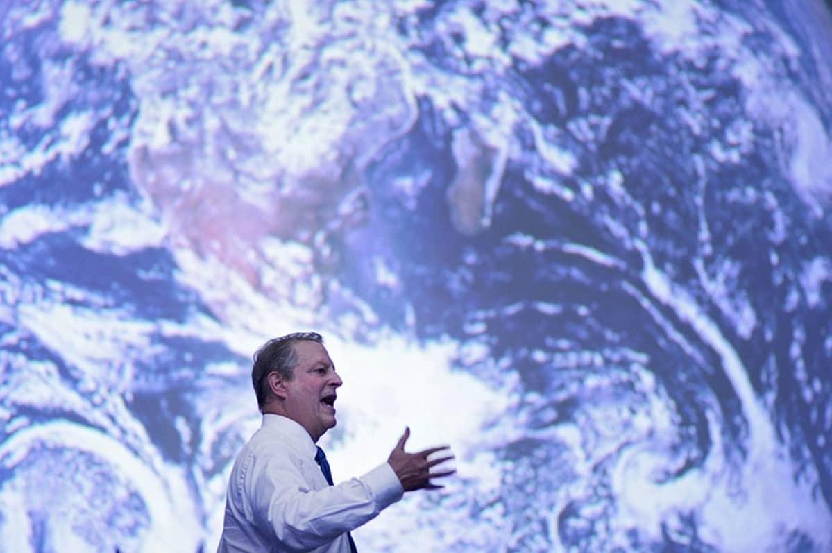 Al Gore piti puhettaan jättimäisen satelliittikartan edessä 10. joulukuuta 2014.