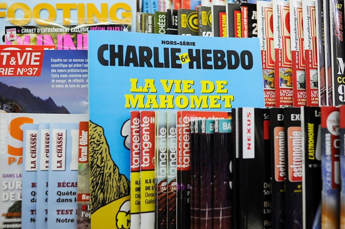 Charlie Hebdo erikoispainos lehtimyyntihyllyssä.