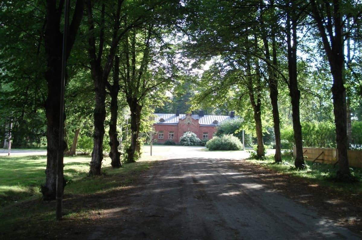 Entisen komentajan talo Hennalan varuskunnan alueella.