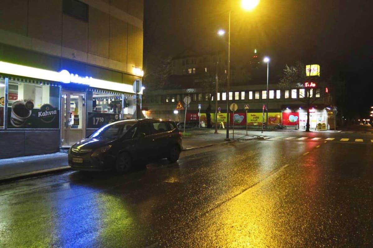 Tampereen Amuri aamuhämärässä, toisella puolella tietä R-kioski ja toisella puolella Sale.