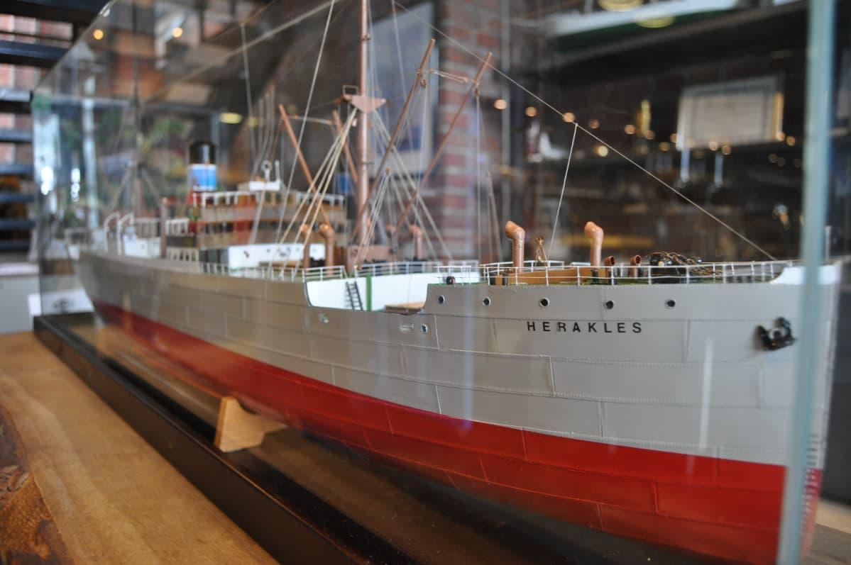 Herakles-laivan pienoismalli