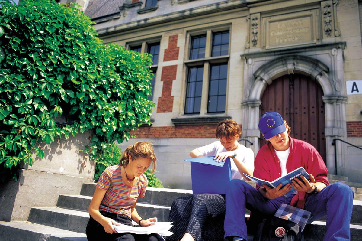 Opiskelijoita ulkona.
