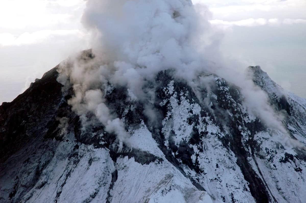 Tulivuori syöksee tuhkaa taivaalle.