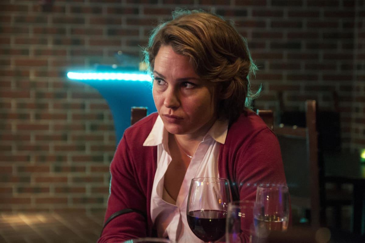 Näyttelijä Seidi Haarla elokuvassa Tottumiskysymys