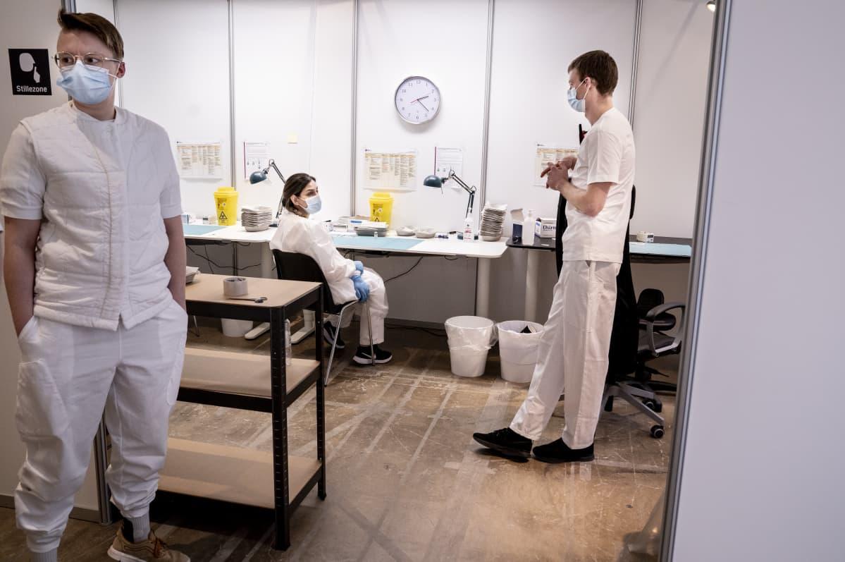Sairaalahenkilökuntaa tutkimushuoneessa