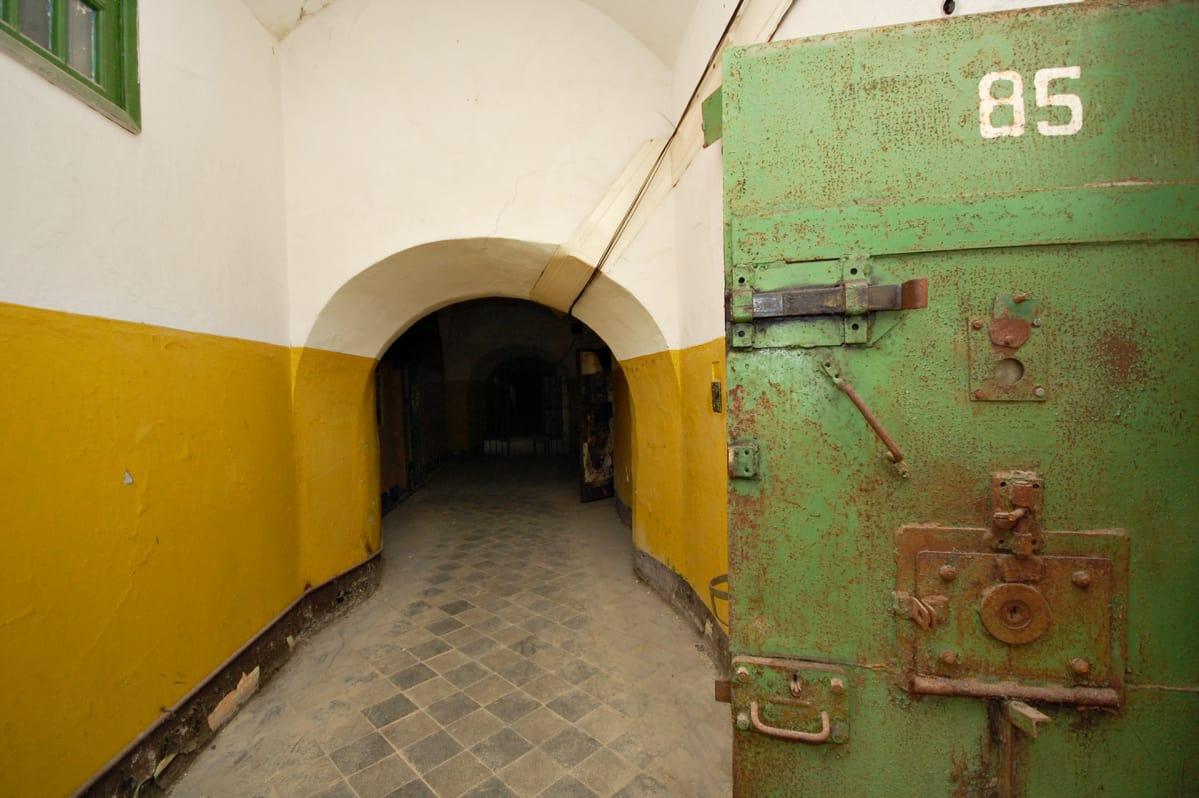 Patarei rakennettiin alunperin 1800-luvulla linnoitukseksi. Viimeisen sadan vuoden ajan se on toiminut pääasiassa  vankilana.