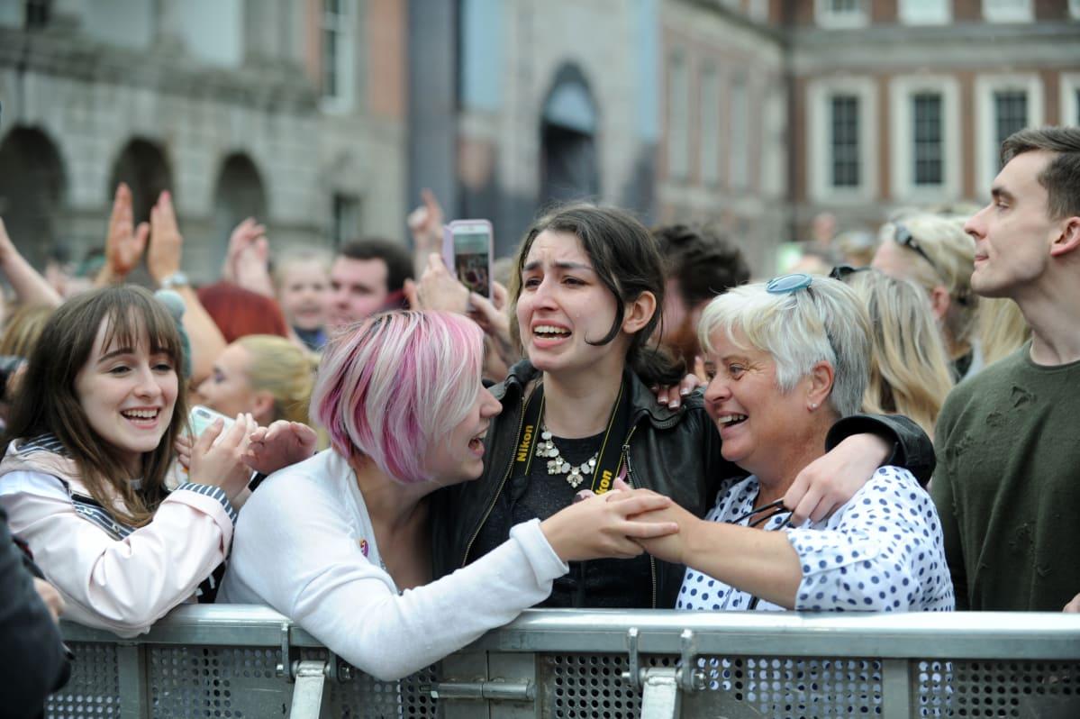 Naiset juhlivat kansanäänestyksen tulosta Dublinissa.