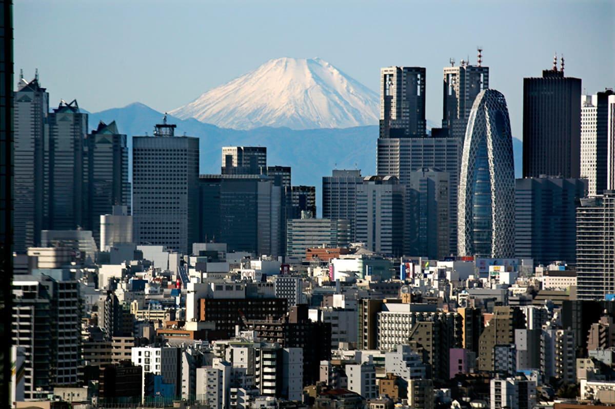 Shinjukun pilvenpiirtäjät Fuji-vuoren edessä.