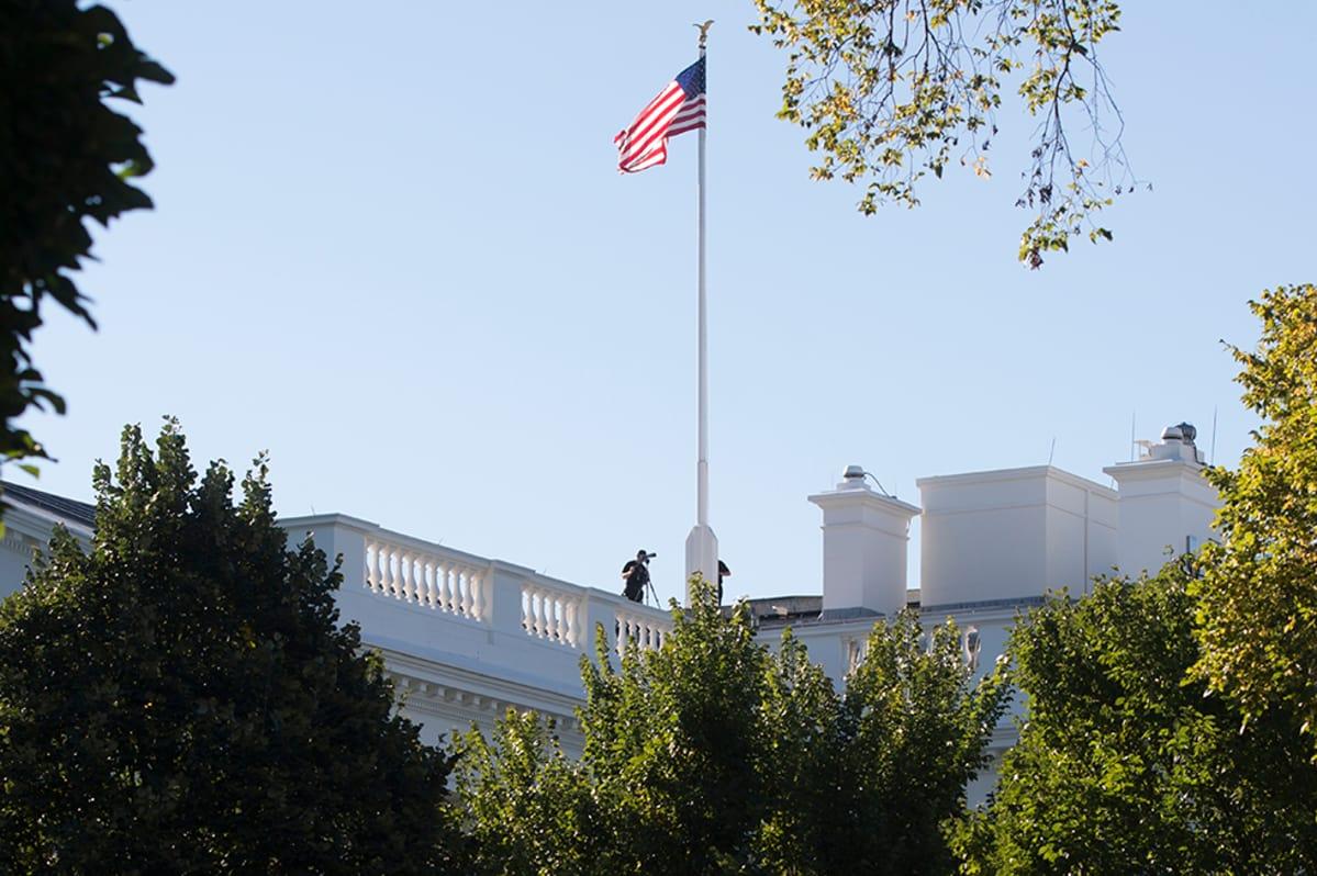 Turvallisuustyöntekijä kiikaroi Valkoisen talon katolla Washingtonissa 22. syyskuuta.
