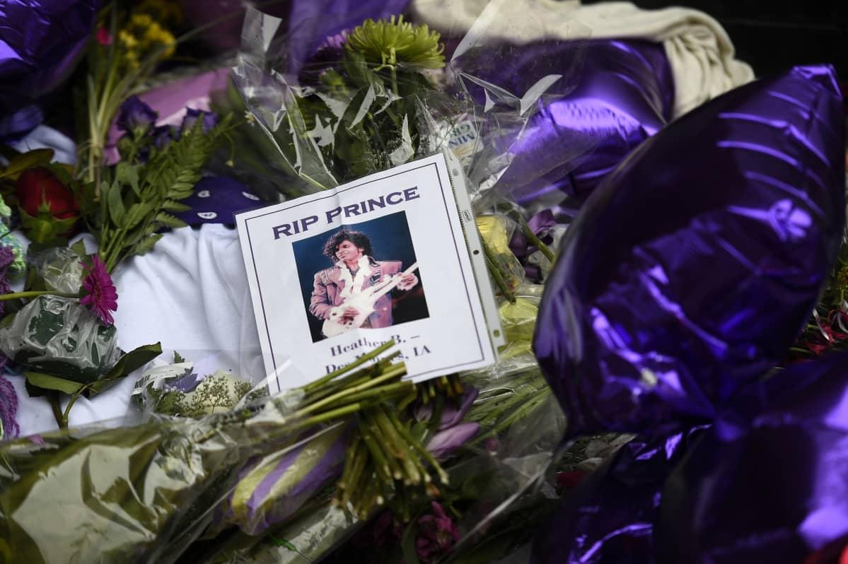 Fanit jättivät Princen muistoksi kukkia Minneapolislaisen klubin eteen huhtikuussa 2016.