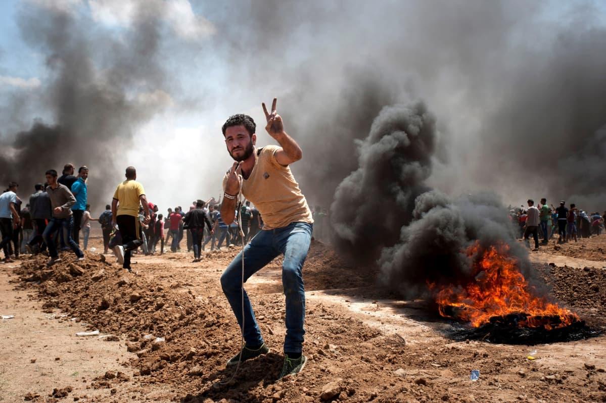 Mielenosoittajia Gazan kaistan vastaisella rajalla.