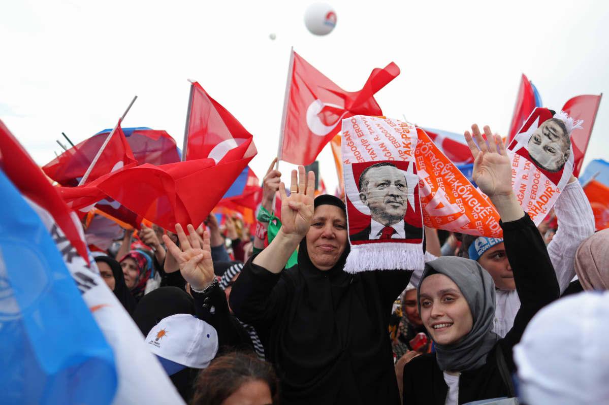 Turkin presidentin kannattajat vaalitilaisuudessa