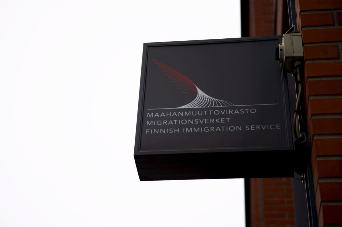 Maahanmuuttoviraston kyltti Helsingissä.