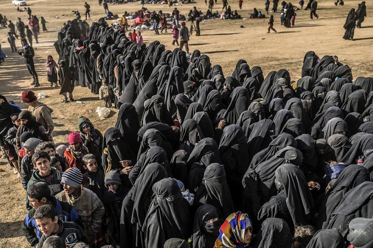 Tuhannet ihmiset ovat viime päivinä paenneet viimeisiltä Isisin hallussa olleilta alueilta Baghouzissa Syyrian itäosassa lähellä Irakin rajaa.