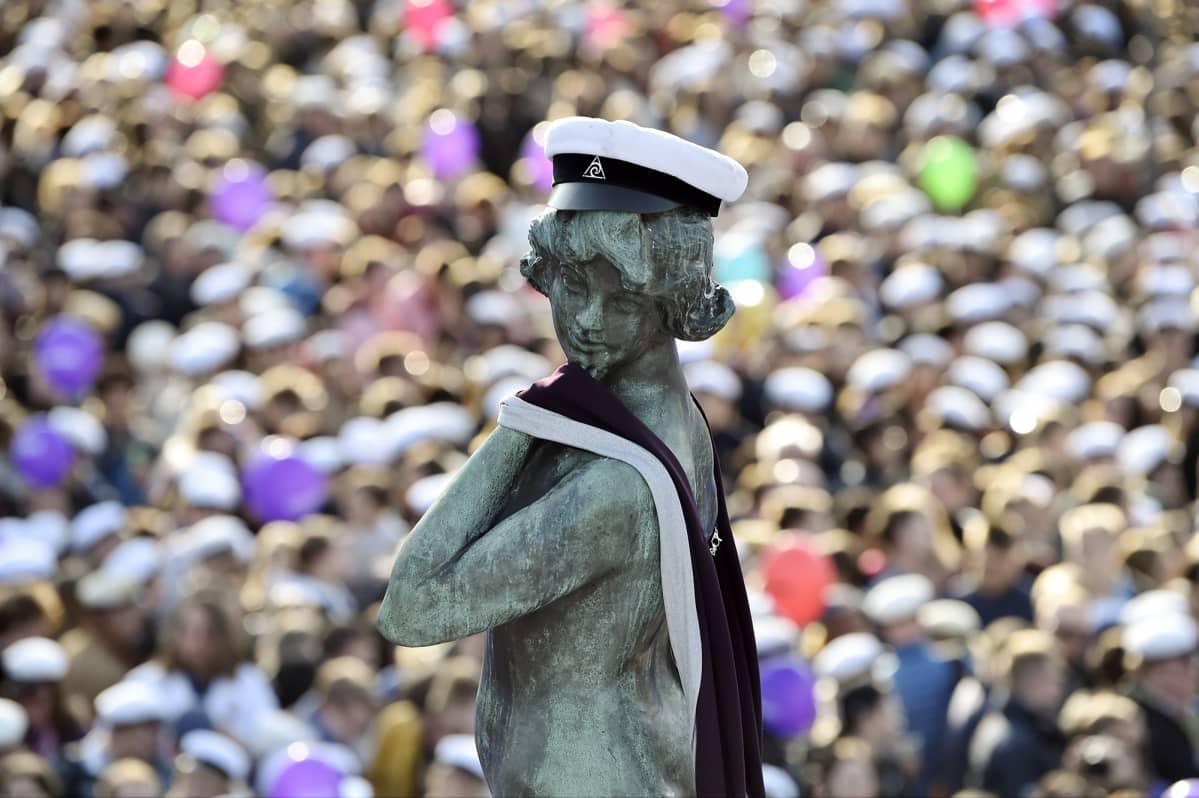 Aalto-yliopiston ylioppilaskunta AVY lakitti Havis Amandan patsaan Helsingin Kauppatorilla vappuaattona 30. huhtikuuta 2019