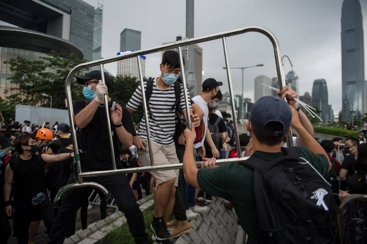 Mielenosoittajat ovat rakentaneet barrikadeja Hongkongissa.