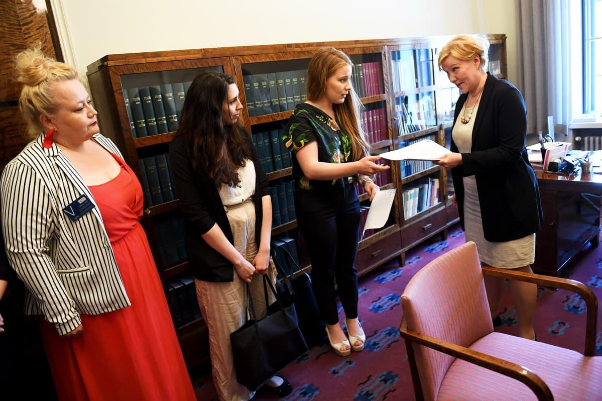 Kansalaisaloitekampanjaa vetänyt vihreiden kansanedustaja Iiris Suomela luovuttaa Raiskauksen määritelmä suostumusperustaiseksi -kansalaisaloitteen (Suostumus2018-kansalaisaloite) eduskunnan lainsäädäntöjohtajalle Tuula Kulovedelle.
