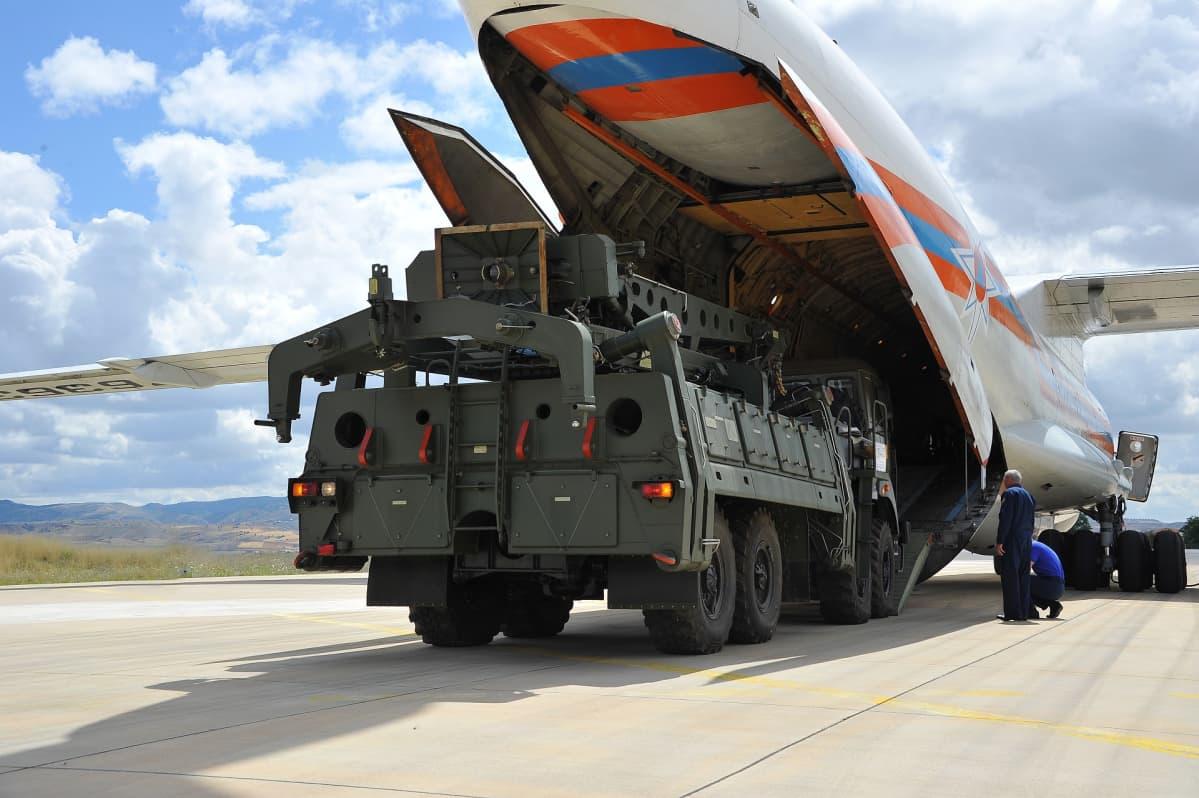 Turkin puolustusministeriön julkaisemassa kuvassa uuteen ohjuspuolustusjärjestelmään liittyvää rahtia purettiin venäläisestä rahtikoneesta Ankaran lähellä perjantaina.