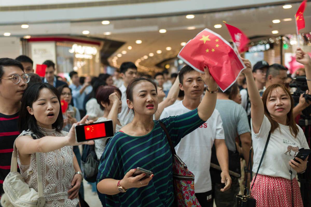 Syyskuussa Hongkongissa nähtiin kilpalaulanta, jossa osa mielenosoittajista kantoi Kiinan lippuja ja lauloi maan kansallislaulua ja osa lauloi protestihymniä.