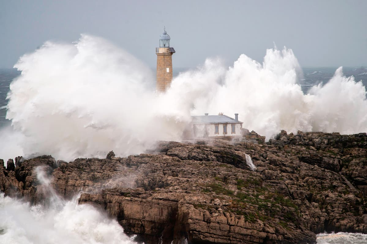 Huikeat aallot iskeytyvät Mouron majakkasaaren kallioihin Espanjassa 8. marraskuuta.