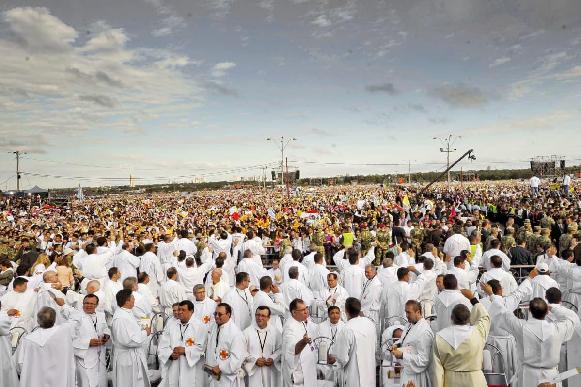 Yleisöä paavi Franciscusin pitämässä messussa Paraguayssa.