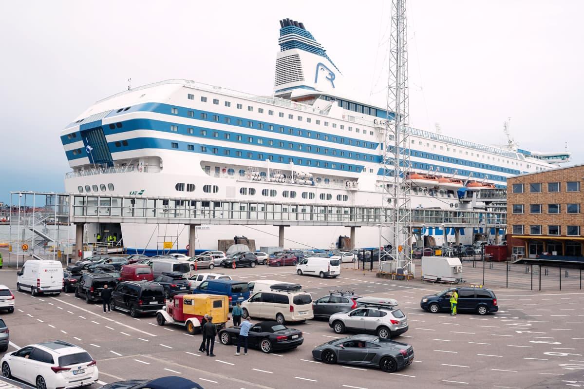 Matkustajalaiva Helsingin satamasta.