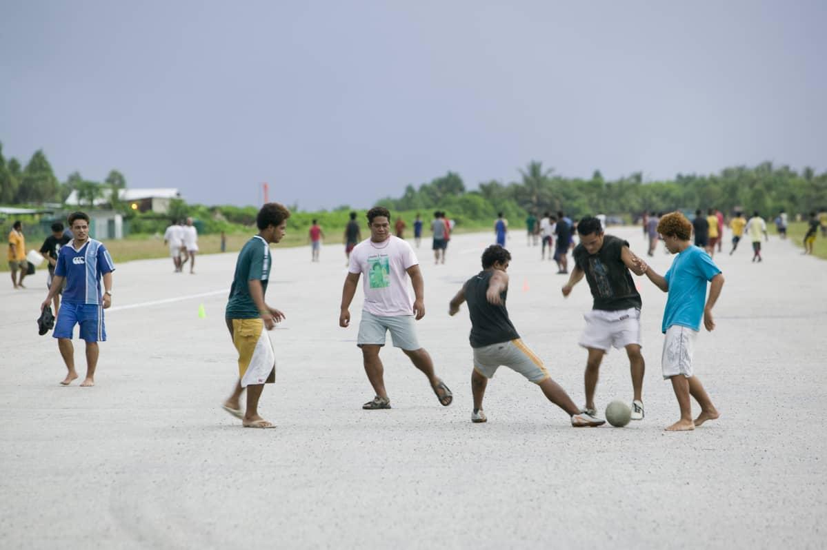 Tuvalulaiset pelaavat jalkapalloa lentokentän kiitoradalla.