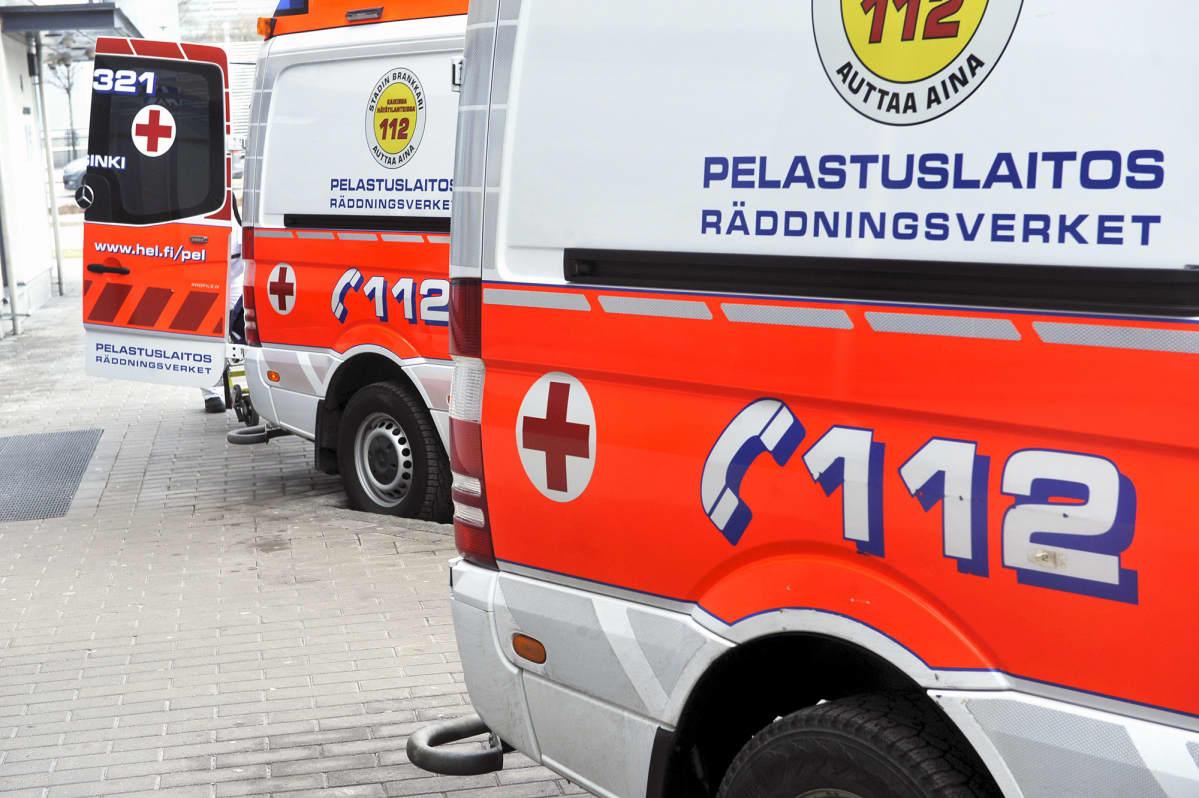 Ambulanssi HUS:n Meilahden sairaalan alueella Haartmanin sairaalan edessä.
