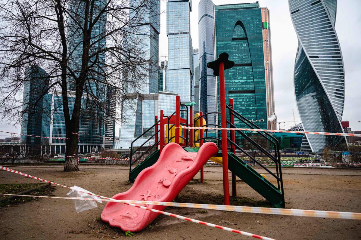 Tyhjä leikkipuisto Moskovassa.