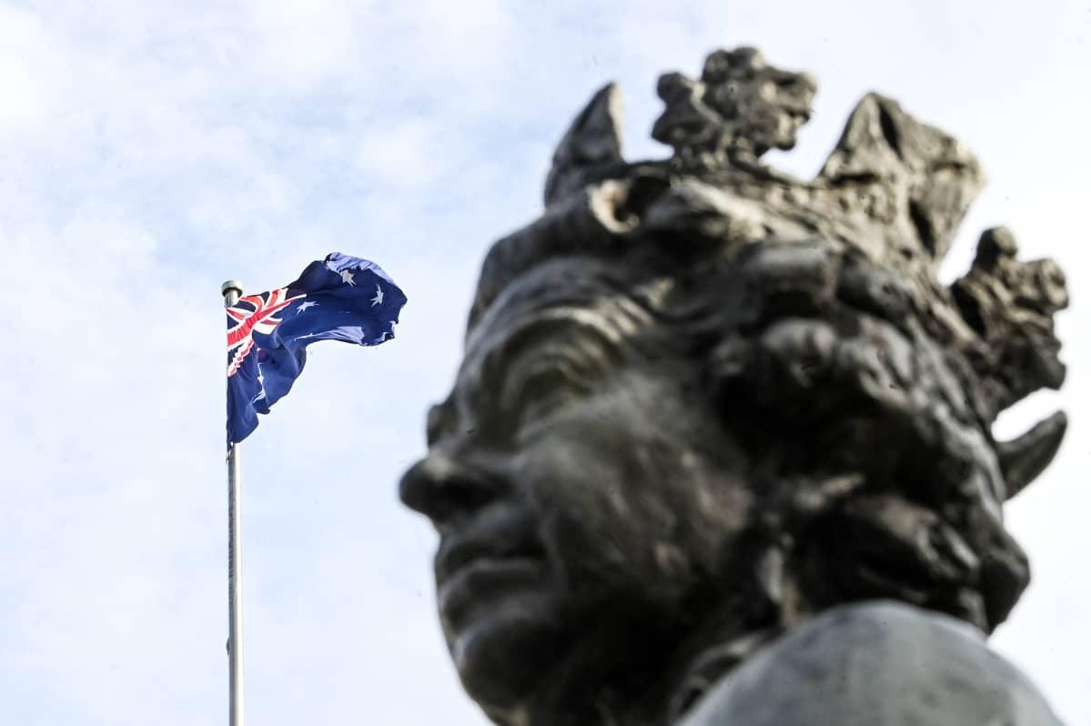 Kuningatar Elisabetiä esittävä patsas Australian parlamentin edustalla Canberrassa.
