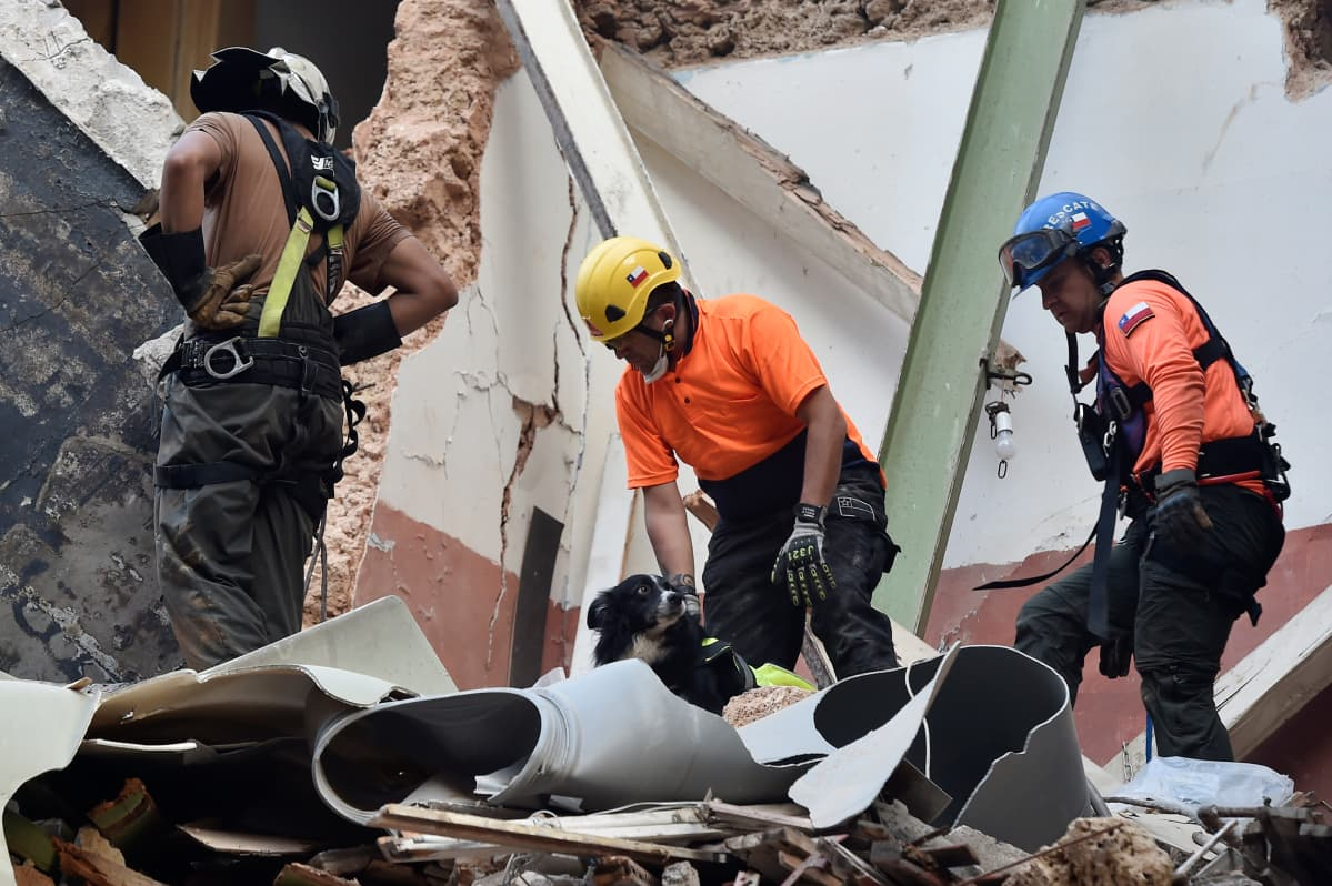 Pelastustyöntekijät yrittävät etsiä mahdollisia eloonjääneitä raunioista.