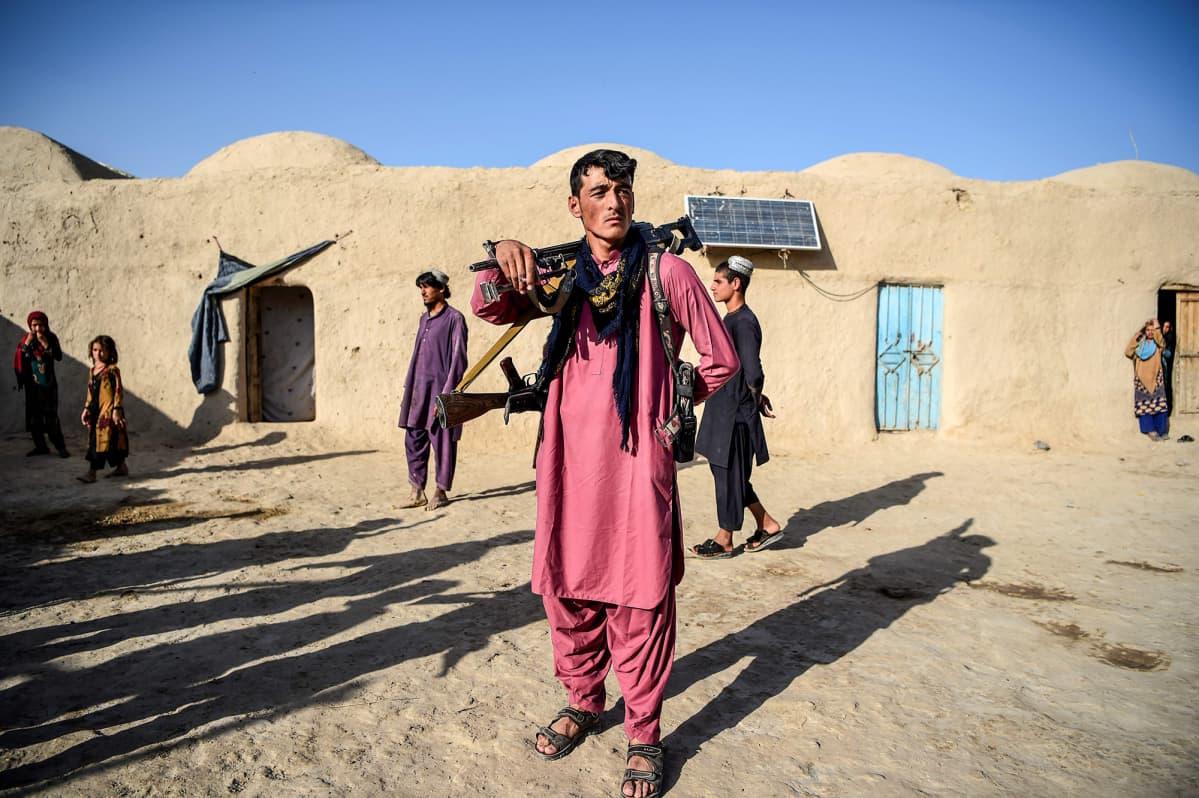 Poliisi partioi talon sisäpihalla Deh Qubadin kylässä Kandaharin provinssissa syyskuussa 2020.