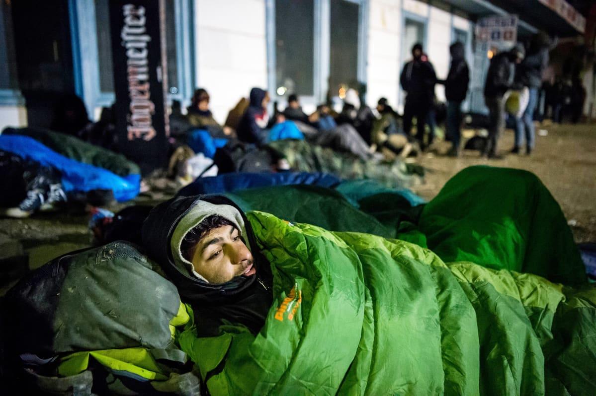 Makuupussiin kietoutunut maahanmuuttaja lepää maassa Serbian puoleisessa rajakaupunki  Kelebiassa.