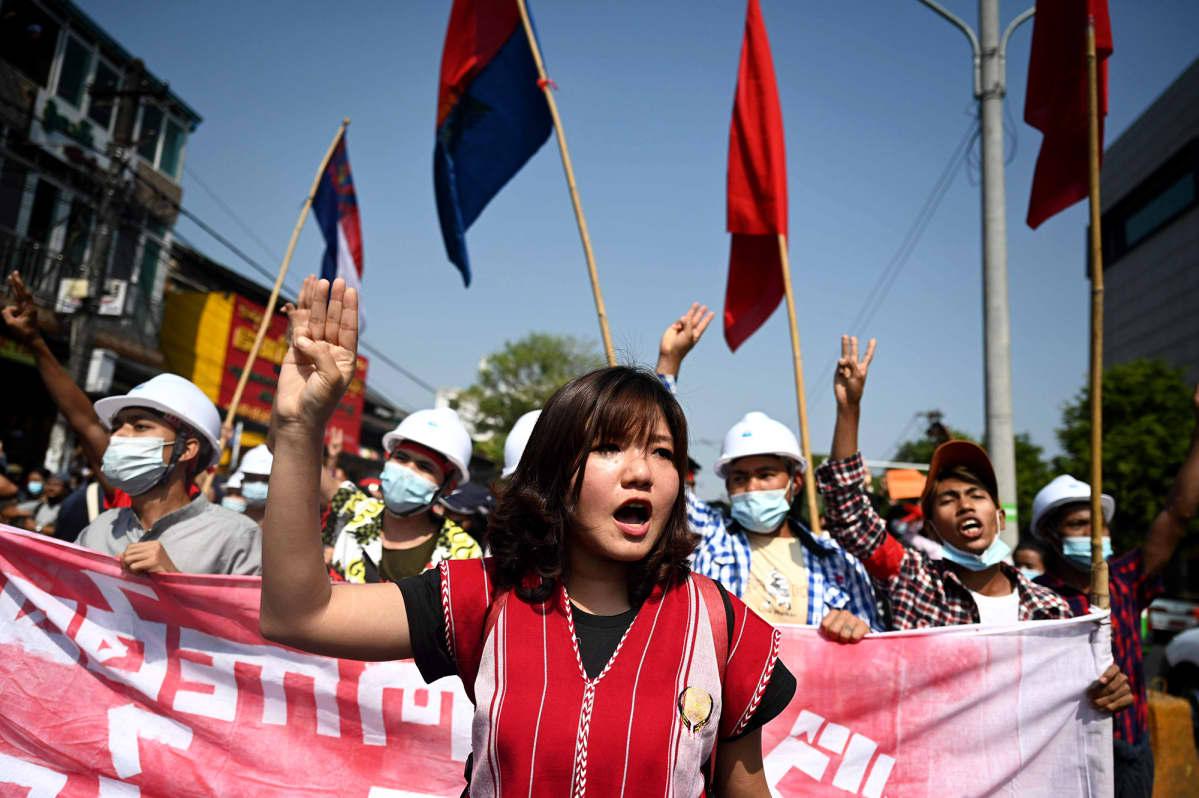 Mielenosoittajat marssivat Yangonissa.