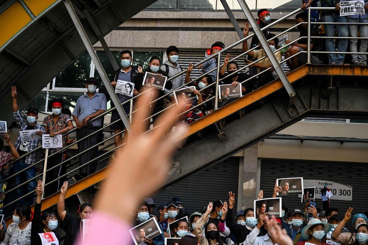 Mielenosoittajia Yangonissa.
