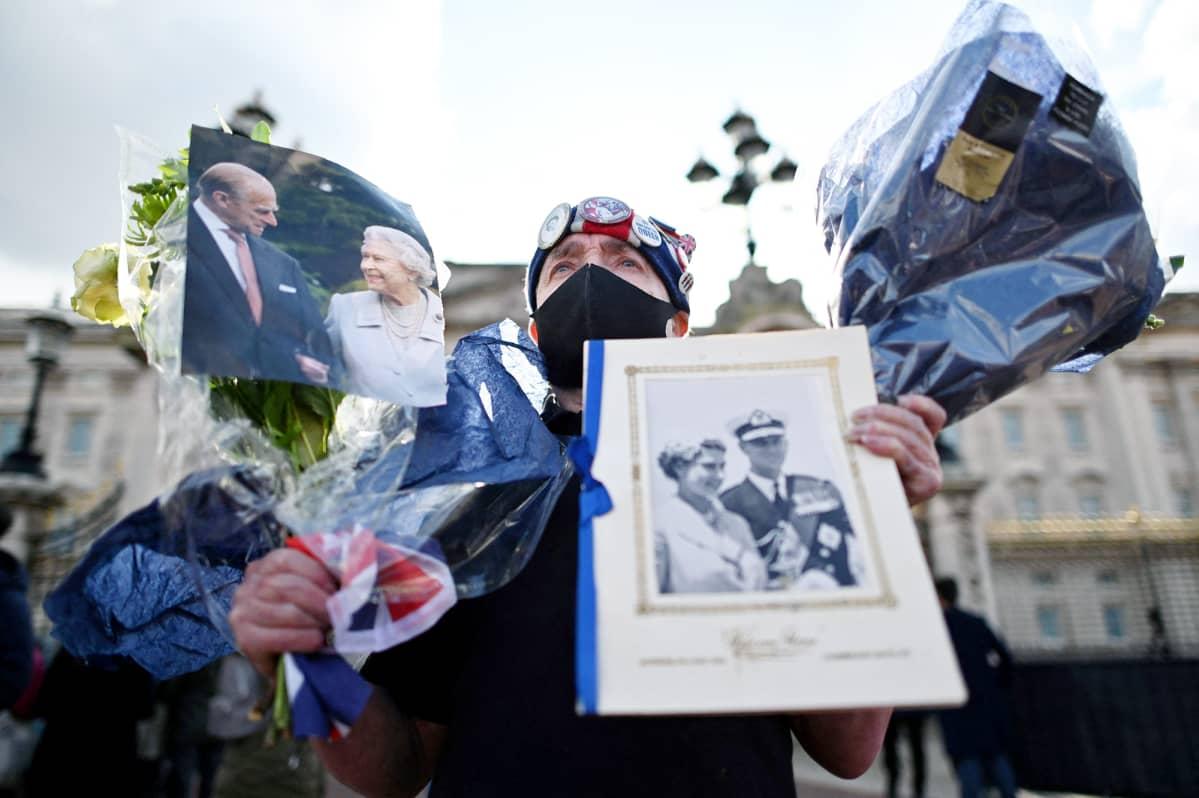 Kuninkaallisten kannattaja osoittaa kunnioitustaan prinssi Philipille Buckinghamin palatsin portilla.