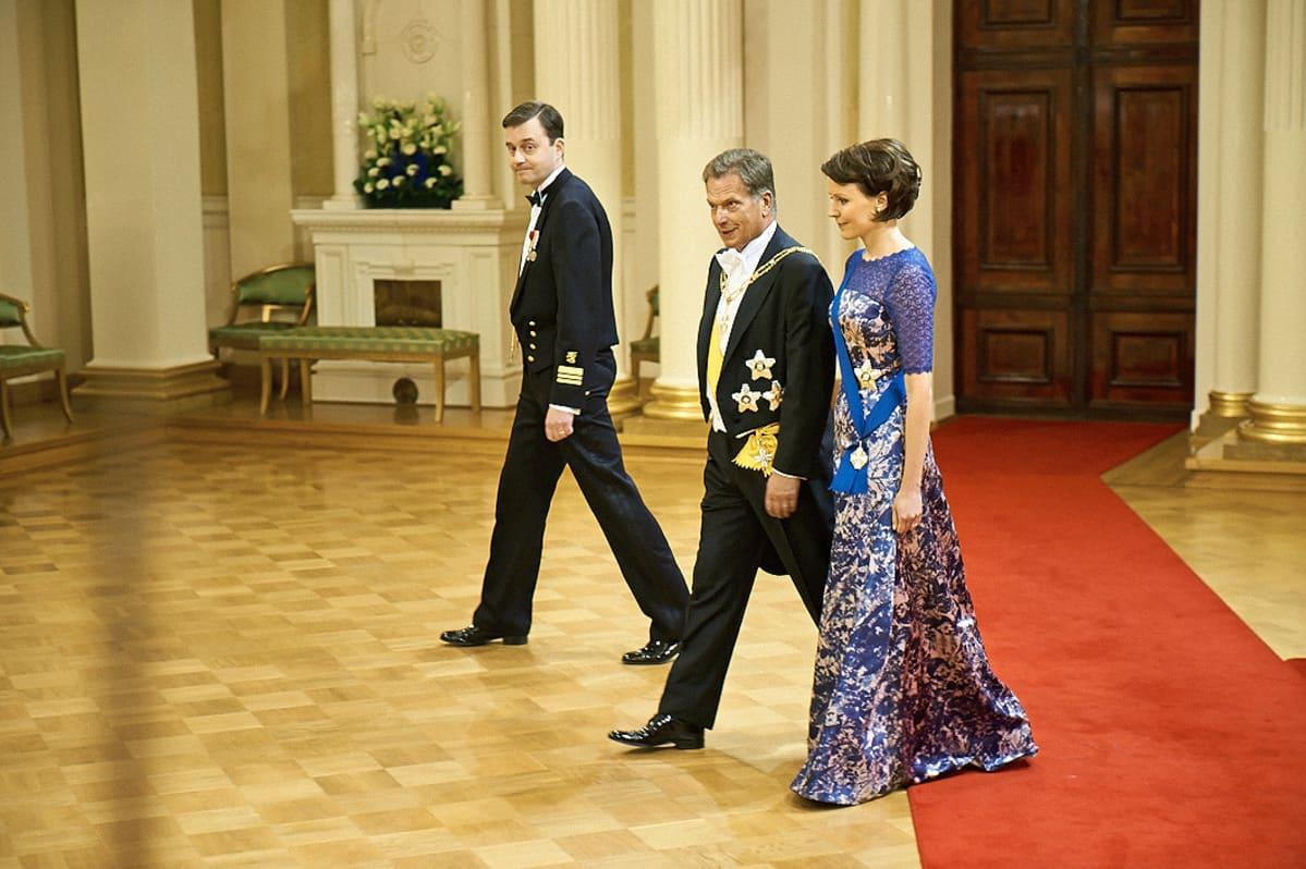 Presidentti Sauli Niinistö ja Jenni Haukio poistuivat kättelyurakan jälkeen.