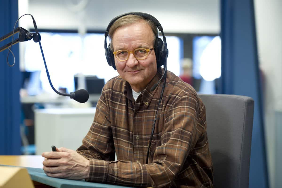 Heikki Palteisto radiostudiossa.