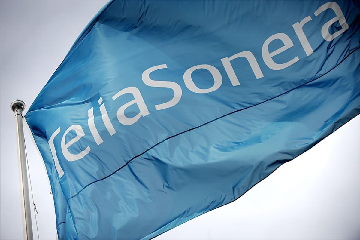TeliaSoneran lippu liehuu tuulessa.
