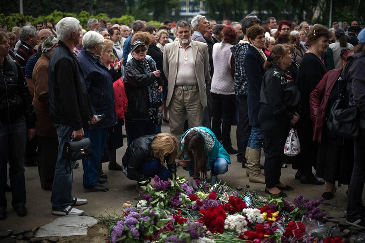 Odessalaiset toivat kukkia tulipalossa kuolleiden muistolle 4. toukokuuta.